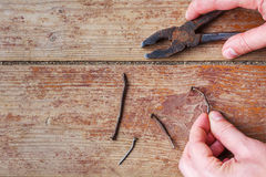 修理阶段在家-拔出老钉子 免版税库存图片