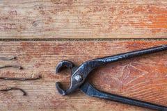 修理阶段在家-拔出老钉子 免版税图库摄影