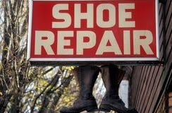 修理鞋子 免版税库存照片