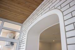 修理,材料和纹理的组合 白色砖和木头 背景 免版税图库摄影