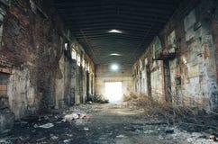 修理驻地的被放弃的大工业大厅 免版税库存图片