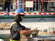 修理维护燃料管地下stati的技术员 库存照片