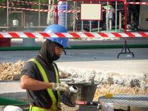 修理维护燃料管地下stati的技术员 免版税库存图片