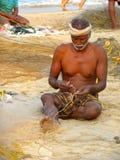 修理他的渔网的渔夫 免版税库存照片