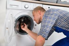 修理洗衣机的安装工 库存照片