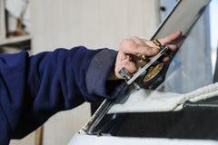修理破裂的挡风玻璃 库存图片