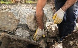 修筑一个石墙,地道工作者的泥工 免版税图库摄影