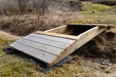 修筑一座小木弯曲的桥梁 免版税库存图片