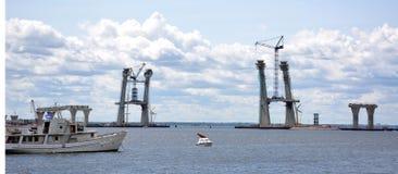 修筑在海频道的支持巨型固定的桥梁 免版税库存照片