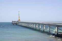 修筑有码头的一座桥梁在海 免版税库存图片