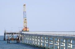 修筑有码头的一座桥梁在海 库存照片