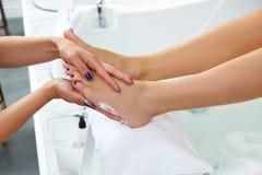 修脚奶油色治疗妇女脚钉子沙龙 库存照片