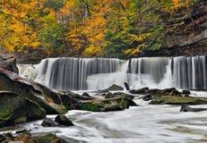 修补破铜铁者的小河的巨大秋天 库存图片