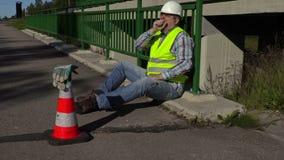 修路工作者在桥梁打呵欠 影视素材