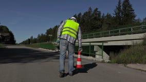 修路工作者在高速公路和走开投入了交通锥体 股票视频