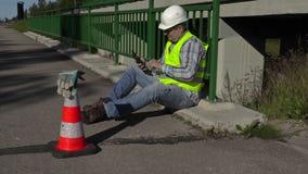 修路工作者开会和使用在桥梁的片剂个人计算机 股票视频
