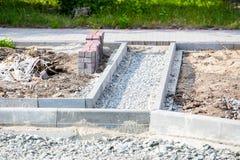 修路站点、石头和石渣 免版税库存图片