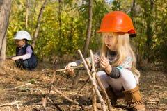 修造一个木圆锥形帐蓬的逗人喜爱的小女孩 免版税图库摄影