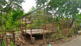 修造一个竹小屋在热带森林在泰国 免版税库存照片