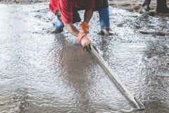 修造冗长的句子外套水泥的泥工 库存照片