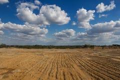 修造和多云天空的土地 库存照片
