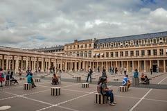 修造和有人的内在庭院皇家宫殿的在巴黎 免版税图库摄影