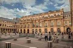 修造和有人的内在庭院皇家宫殿的在巴黎 免版税库存照片