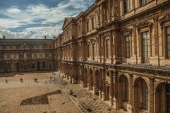修造和有人的内在庭院罗浮宫的在巴黎 图库摄影