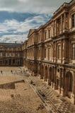 修造和有人的内在庭院罗浮宫的在巴黎 免版税库存照片