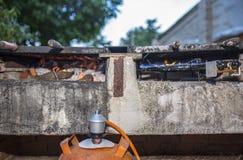 修造在丁烷加热准备好的气体格栅开始烹调 库存图片