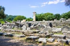 修造在古老奥林匹亚考古学站点留在希腊 免版税库存图片