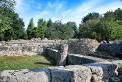 修造在古老奥林匹亚考古学站点留在希腊 免版税图库摄影
