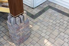 修造在木材眺望台腿附近的一根砖柱子 库存照片