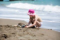 修造在海滩的女孩沙子城堡 图库摄影