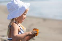 修造在海滩的女孩沙子城堡 免版税库存图片