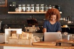 修造她的cafe' s网上品牌 库存图片