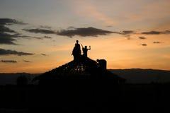 修造屋顶的孩子 免版税库存图片