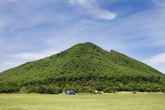 修造帐篷野营在休息的草地的旅客人并且在山附近睡觉 库存照片