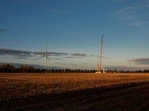 修造有一台大黄色起重机的一家新的风力工厂 免版税库存图片
