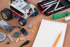 修造有微型控制器和笔记本的一个简单的汽车机器人 库存图片