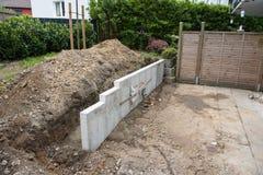 修造有石头、篱芭和树的一个新的庭院 库存图片
