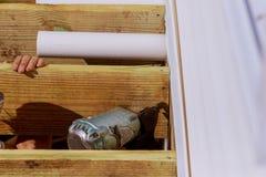 修造有锤击的人一个木露台一起拧紧射线 图库摄影