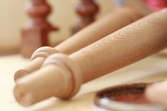 修造木桌在被弄脏的背景中 图库摄影