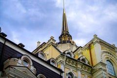 修造用在欧洲广场的角落的一个天文学时钟 免版税图库摄影