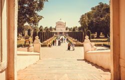 去修造的人们蒂普苏丹Gumbaz在斯赫里朗格阿帕特塔纳,印度 有18世纪回教陵墓的公园 库存照片