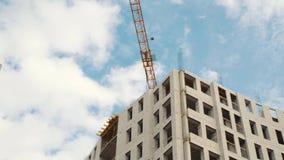 修造的建筑用起重机在蓝天背景与白色云彩的 股票视频