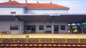 修造的火车站在Okucani,斯拉沃尼亚地区 免版税库存照片