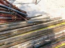 修造的绞刑台的生锈的老管子 免版税库存照片