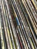 修造的绞刑台的生锈的老管子 免版税图库摄影