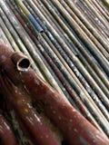 修造的绞刑台的生锈的老管子 免版税库存图片